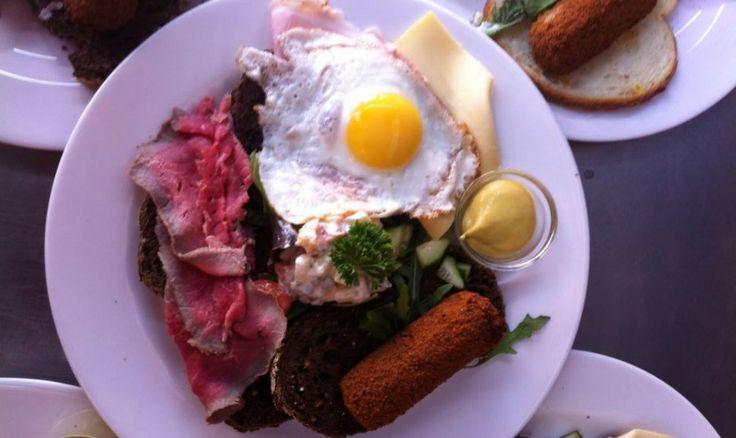 De kroeg is een van de gezelligste plekken om te eten. Daarom tipt De Buik acht cafés waar je een lekkere kroeghappen kunt krijgen.