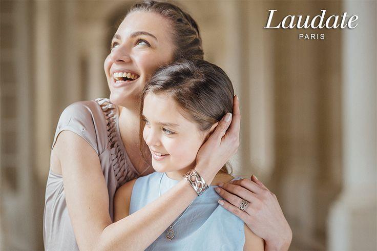 Collection Rubans Éternels : Grand pendentif et manchette. Campagne printemps-été 2016 Laudate.  Photographie : Henri Buffetaut.