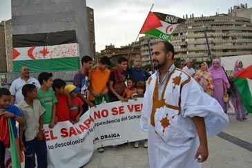Decenas de personas han rodeado el obelisco de la zaragozana plaza Europa para mostrar su apoyo al pueblo saharaui. Bajo un mural elaborado por los niños procedentes de los campamentos de refugiados saharauis, que han pasado el verano junto a familias aragonesas, han pedido una solución política al conflicto del Sahara Occidental.