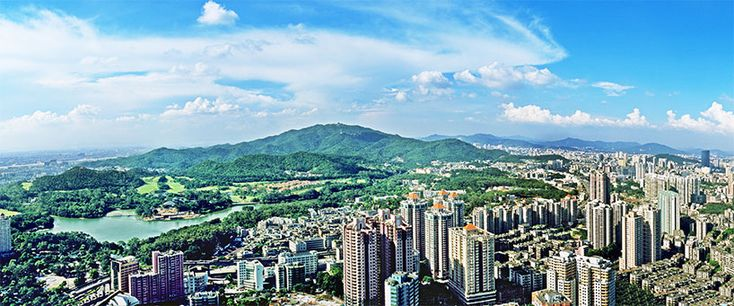 """La montaña #Baiyun (白云山), que significa """"montaña de las nubes blancas"""" es, sin duda, una de las más famosas del sur de #China. Le debe su nombre al panorama que queda después de una intensa lluvia, cuando las nubes comienzan a escampar entre sus verdes montañas y se muestra el intenso azul del cielo. Es un lugar repleto de grandeza con hermosos valles y cimas de abundante vegetación. Por todo ello, este lugar fue distinguido como """"uno de los nuevos ocho lugares de interés en #Guangzhou""""."""
