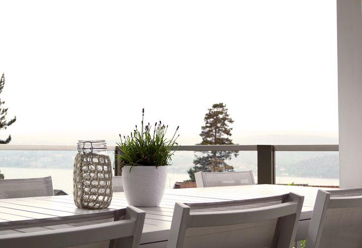 Glassrekkverk. Design Sonate En i laminert klart glass og syrefast stål.