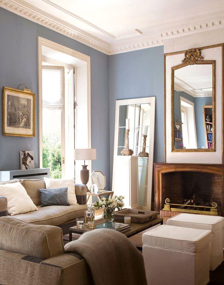 Salón con paredes de color azul y chimenea. Azul positivo