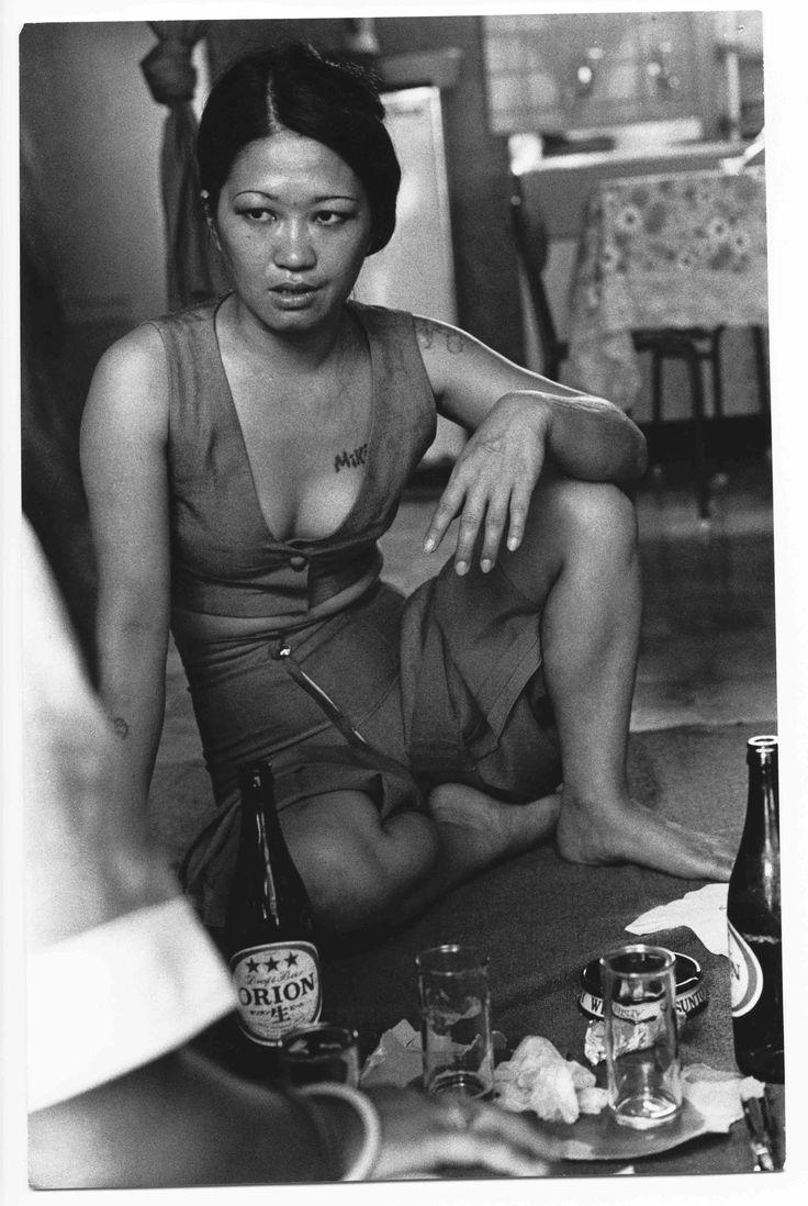 La photographe japonaise Mao Ishikawa a documenté l'occupation américaine des territoires japonais dans les années 1970. i-D a rencontré la photographe à l'occasion de la sortie de son nouveau livre, Red Flower, The Women of Okinawa.