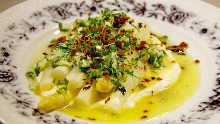 Hvit asparges med ramsløk og laks