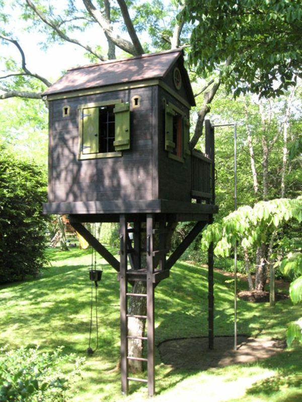 baumhaus-für-kinder-treppe -mitten im wald - Baumhaus bauen – schaffen Sie einen Ort zum Spielen für Ihre Kinder!