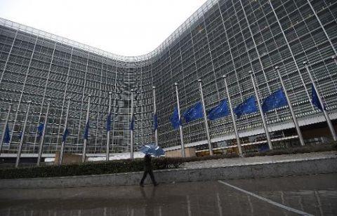 Attentat à Charlie Hebdo, les photos : Les drapeaux européens devant le Parlement à Bruxelles ont été mis en berne le 8 janvier 2015