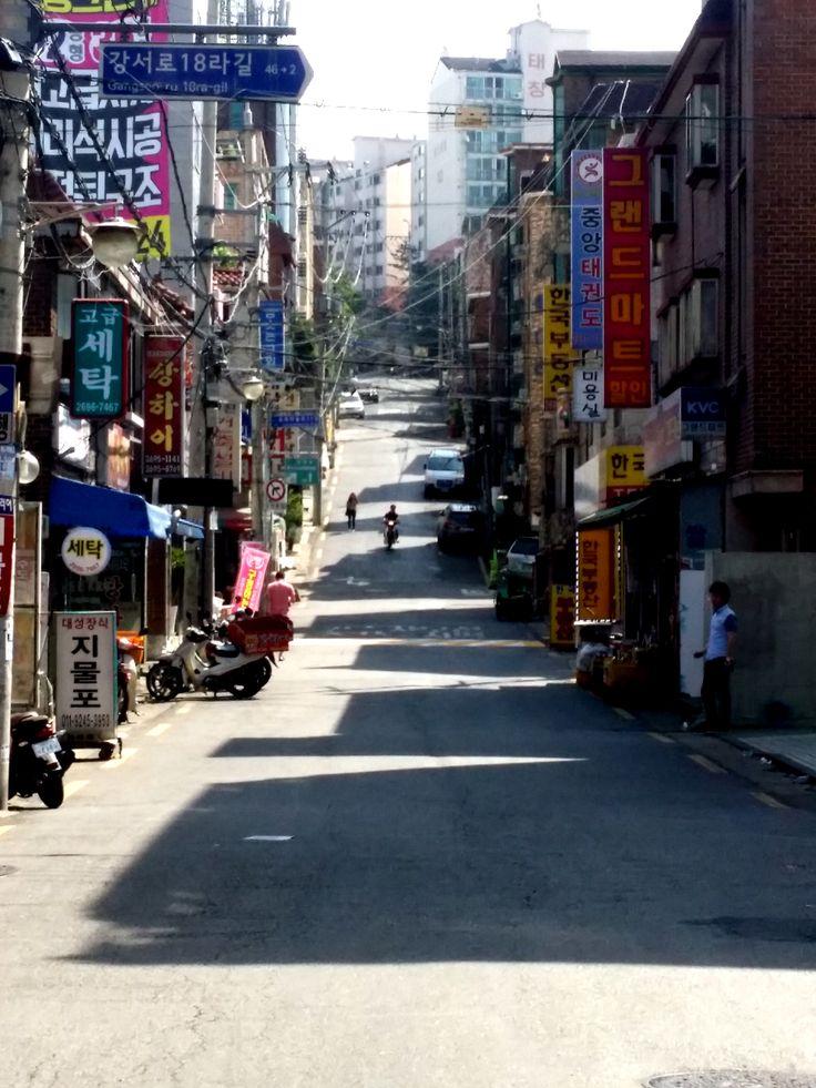 light & shadow  앞을 보고 걷다가 바닥을 보니, 그만그만한 건물들이 빛과 거리, 간격에 의해 그 차이를 드러내고 있었다. 엇비슷해보여도 사실적이고 역동적이다.  2016.5 서울 강서구 화곡동