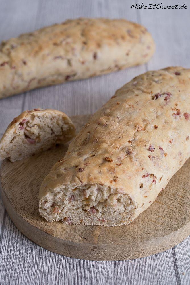 Selbstgemachtes Zwiebel-Speck-Baguette. Es ist ein Baguette aus Hefeteig mit Röstzwiebeln und Speck. Zum einfach so essen oder als Beilage zum Grillen.