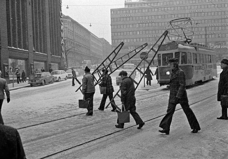 Ikkunanpesijöitä lumisateessa Aleksanterinkadulla. Kuva: Helsingin kaupunginmuseo / Kari Hakli 1975.