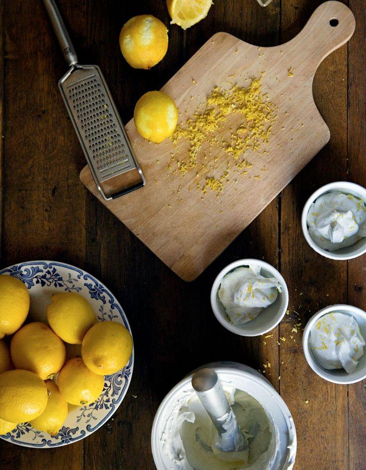 Recette Glace au citron (sans sorbetière) : Mélangez le sucre glace, le jus de citron et le safran dans un bol. Le mélange doit être lisse.Râpez le zeste d...