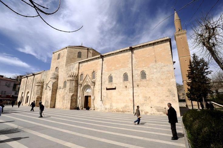 Silvan Ulu Cami-apı Artuklu döneminden kalan bezemesi ve mimarisiyle bir abide olan nadide eserlerden biridir. Caminin yapım tarihiyle ilgili bilgiyi kubbe kasnağında yer alan Artuklulardan Timurtaş'ın oğlu Necmeddin Alpi'nin kitabesinden öğrenmekteyiz. Yapı 1227 yılında Eyyubiler döneminde onarılmış ve camiye bazı eklemeler yapılmıştır. Halk arasında camiye 'Acem yapısıdır' diyenler de vardır.
