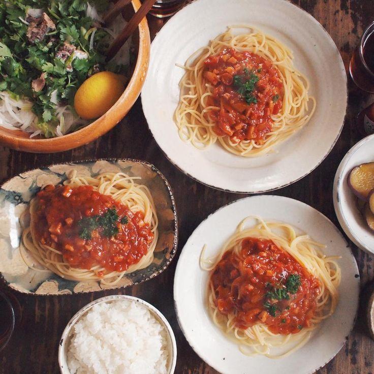03.30 ミートソースパスタ、サヴァ缶のせパクチーと玉ねぎのサラダ、さつまいもの甘煮、キャベツとチキンのスープ、旦那用ごはん  #おうちごはん #晩ごはん #rocoごはん  #lin_stagrammer #deristagrammer #デリスタグラマー #サヴァ缶