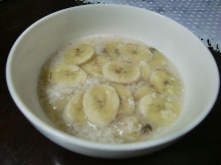 レンジ☆バナナオートミール 朝食やおやつに簡単! 離乳食にも!! 材料 バナナ 1/2~1本 オートミール 20グラム 水(牛乳・豆乳) 150CC 作り方 1 サラダボールなど深めの耐熱皿に材料を全て入れる 2 電子レンジで2分半温めて、出来上がり!