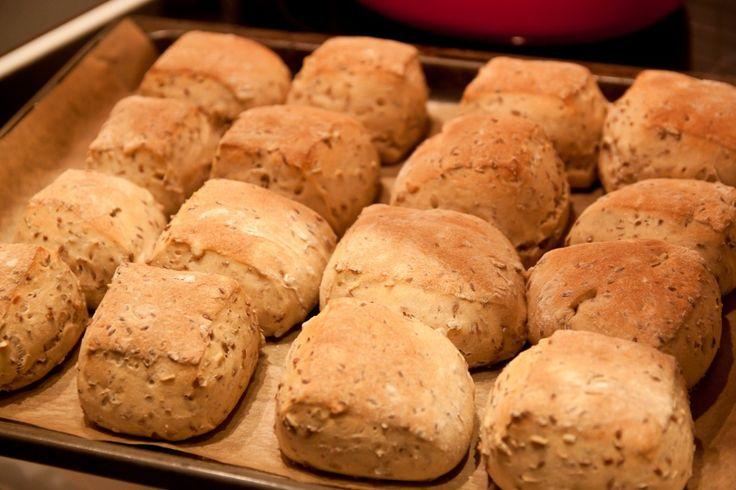 Ibland är det gott med ett grovt bröd, med riktigt mycket frön i. Sådant där som barnen inte tycker om men som mannen och jag älskar att äta till en god kopp te. Här kommer recept: 2 l Grovt mjöl, kanske mörkt lantbrödsmjöl, grovt rågmjöl, kornmjöl, fullkornsvetemjöl eller annat mörkt och grovt mjöl. Det går också bra att blanda sorter. 5 dl vetemjöl (för att få bra bakegenskaper) 2 dl linfrö 1 dl solroskärnor 1 dl havregryn 1 dl rågkross några nötter, russin eller torkade aprikoser om du…