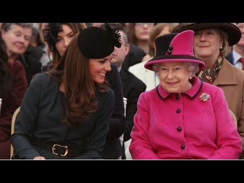 Kate Middleton and Queen Elizabeth in the Front Row at a Fashion Show