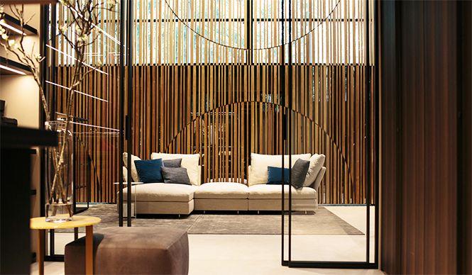 日本的な様式美を背景にイタリアのライフスタイルを表現。ソファは優雅なシルエットの「Holiday(ホリディ)」
