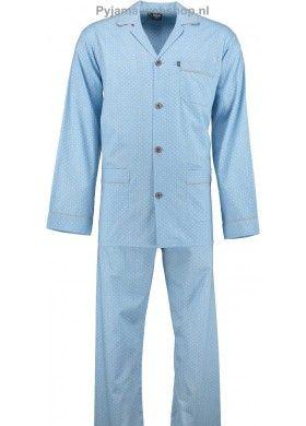 Deze heren pyjama van Robson heeft lange mouwen en een lange broek. De stof heeft een fijn, geblokt patroon. De kraag van het doorknoop jasje is omgevouwen en is afgewerkt met een beige kleurig biesje. Dit biesje vindt u terug in het zakje op de borst, in de twee steekzakken en aan de mouwen. De tailleband van de broek bevat elastiek en is gesloten met twee knopen. De pyjamabroek heeft een gulpopening zonder rits of knopen. De stof van de heren pyjama is stug en zomers dun.
