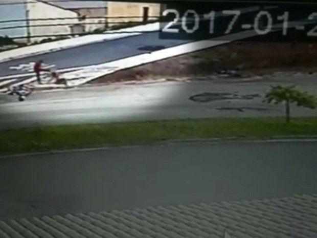 Vídeo mostra homem atropelando moto e chutando cabeça da ex #timbeta #sdv #betaajudabeta