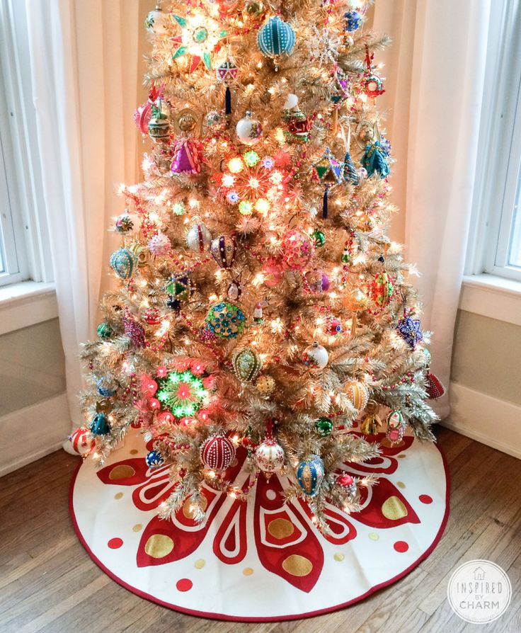 Vintage-inspired tree! Created complete with vintage ornaments. Want this when I can have two trees!