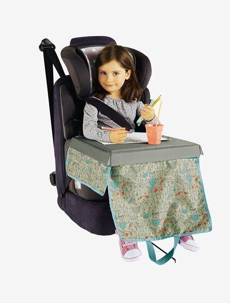 Mit diesem pfiffigen Reisetisch für Kinder kommt bei der Autofahrt in den Urlaub garantiert keine Langeweile auf. Die praktischen, hübsch bedruckten Taschen vorn und an der Seite bieten Platz für Spielzeug, Malsachen, Kuscheltiere, einen kleinen Imbiss und was Ihr Kind sonst noch benötigt. Die feste Tischfläche eignet sich zum Malen oder Spielen. Am Ende der Reise ist der Tisch ganz einfach zusammenlegbar. Einfach clever! Produktdetails:Kinder Reisetisch: Stoff, 100 % Polyester…