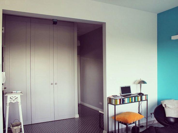 Zrobiona przez nas szafa posiada wysokie na niemal 3 m drzwi z lakierowanego mdf'u. Za tymi ogromnymi drzwiami przestrzeń zagospodarowano przede wszystkim na buty. Duże okrągłe uchwyty świetnie pasują i są dopełnieniem realizacji. Co o niej sądzicie? #szafa #wardrobe #meble #furniture #mdf #home #dom #nowemieszkanie #mieszkanie #wood #room #instasize #photo #photooftheday #decor #white #wnętrze #styl