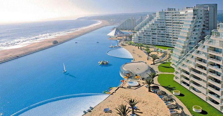 Immaginate una piscina talmente grande da non vederne i confini, con acque azzurre e cristalline come quelle tropicali tanto da credere di star nuotando in
