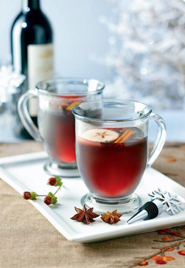 VIEDENSKÝ POMARANČOVÝ PUNČ Ak ste ani tento rok nestihli krásne vianočné trhy u susedov, môžete si túto voňavú hrejivú dobrotu pripraviť aj doma. Budete potrebovať: 1 l červeného vína 0,3 l vody 0,07 l rumu (môže byť aj viac, ako vám chutí) 0,2 l čerstvo vytlačenej pomarančovej šťavy 75 g cukru voňavé korenie (1 tyčinku škorice alebo klinčeky a badián – celé alebo podrvené v mažiari, nie mleté!) Všetko spolu zmiešajte a zohrejte. Nevarte,
