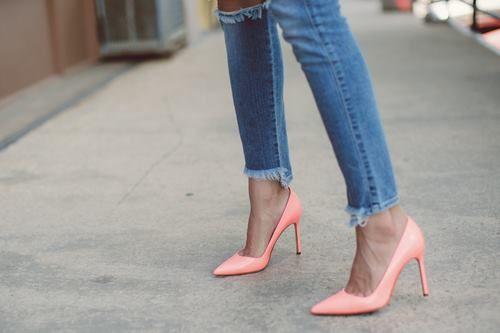 Jeansowe rurki + wysokie szpilki.  Polecamy te od Gino Rossi.