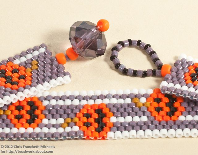 List of free Halloween theme beadwork and jewelry making projects that use peyote stitch, brick stitch, wire wrap and other techniques.