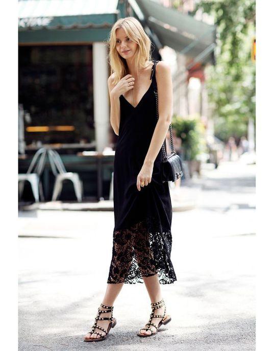 Une longue robe noire avec des sandales cloutées