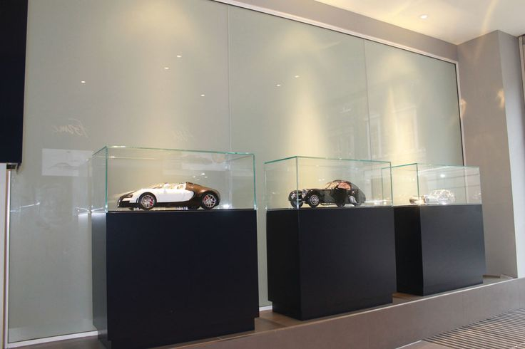 HR Owen, the UK's leading luxury car dealership, has recently expanded its London Bentley dealership to include yet another luxury brand. When designing the entrance that separates the Bentley and Bugatti sections of the showroom, the decision was taken to use glass supplied by ESG, due to its light reflecting properties on the Bentley side of the entrance where the cars reflected on the glass. www.esg.glass https://issuu.com/link2media/docs/bi_april_17_iss1_-_issuu/34
