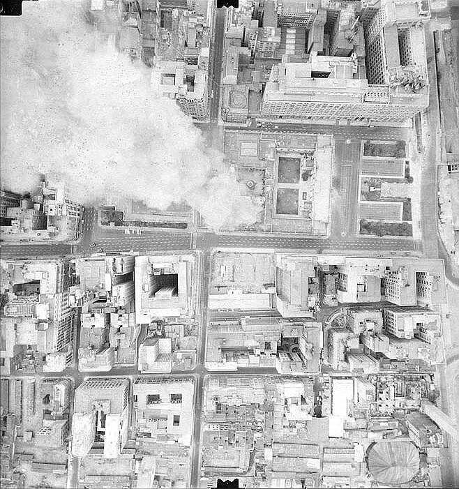 Vista aérea del Palacio de la Moneda en llamas.
