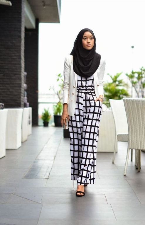 Back and white monochrome hijab style- Hijab spring street fashion http://www.justtrendygirls.com/hijab-spring-street-fashion/