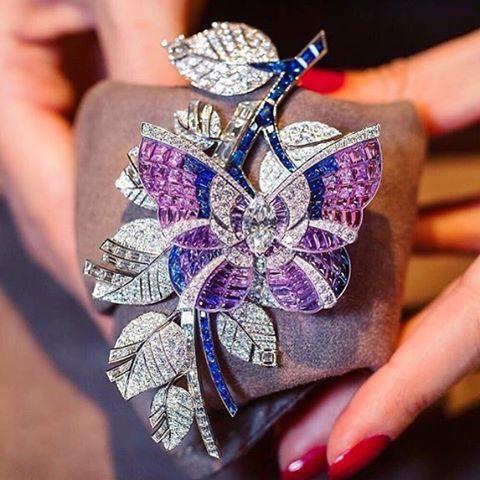 Gorgeous mystérieux clip from @vancleefarpels at @masterpiecelondon via @katerina_perez #vancleef #vancleefarpels #diamonds