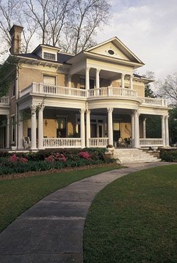 antebellum home. Colums and balconies make me melt <3