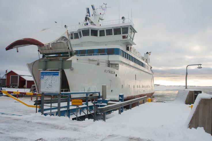 Séjour hivernal dans les îles Åland en Finlande (Detour Local) -> Les voitures comme les passagers peuvent passer dans les bateaux qui desservent les îles Aland en Finlande www.detourlocal.com/sejour-hivernal-iles-aland-finlande/