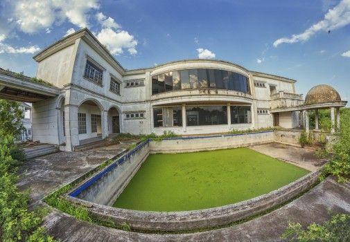 Fantasmi della crisi del 1997: ville abbandonate a Bangkok. Le alghe proliferano nelle piscine di queste proprietà.
