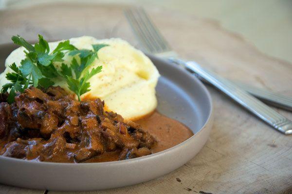 Virkelig lækker og smagsfuld opskrift på Bøf Stroganoff af oksekød og serveret med cremet og fløjsblød kartoffelmos til - Få opskriften her