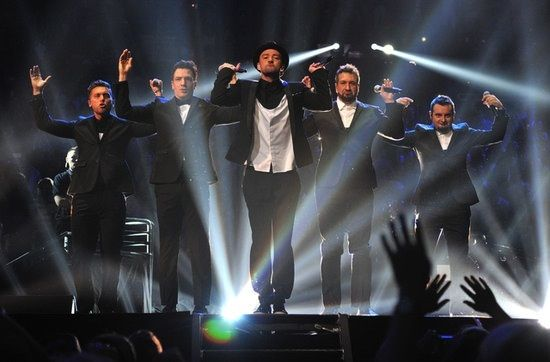 Boy Bands: Η φετινή σεζόν αποτίνει φόρο τιμής στα 90's με πολλούς και ποικίλους τρόπους. Ένας από αυτούς είναι και η δυναμική επιστροφή των αγορίστικων συγκροτημάτων. Η παρουσία των N SYNC στη σκηνή των VMA Awards ήταν μόνο μια μικρή ένδειξη που επιβεβαιώνει αυτό που συμβαίνει. Οι 98 Degrees, New Kids on the Block και Boyz II Men μπορεί να έχουν μεγαλώσει και αντί για κορίτσια να αλλάζουν πλέον πάνες, αλλά όπως απέδειξε η sold out συναυλία τους Package Tour, οι fans ακολουθούν με χαρά.