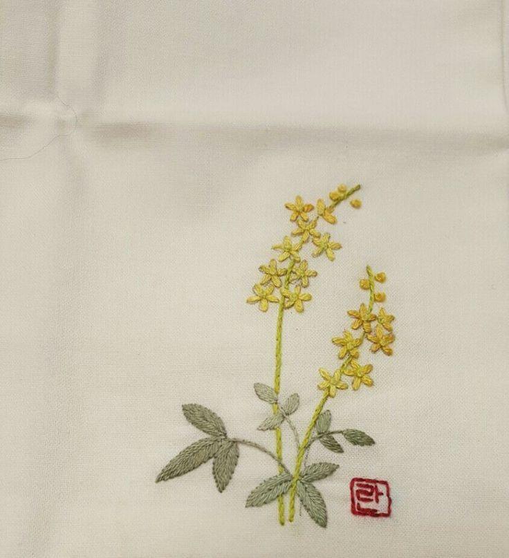 꽃자수 손수건 2탄입니다 놀면 뭐하나 싶어 꼼지락 거렸더니 꽃자수 손수건 여덢장이 나오네요ㅎㅎ 천을 잘...