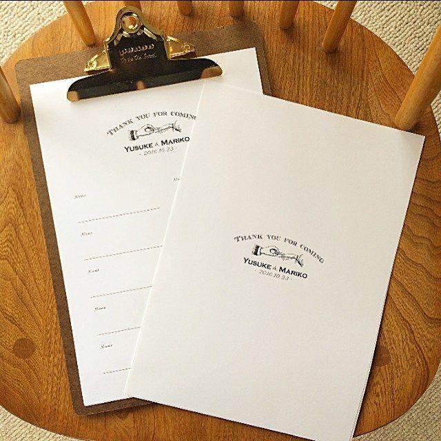 お客様からのご提案でゲストブックを作成させて頂きました。上にパンチ穴を開けて表紙をつけて保管出来る様にしてあります。webにて販売しています。 * * ⚠️席次表•招待状はオーダーストップしていますが、席札やウェルカムボードなど他のアイテムは販売しています * * #芳名帳#ゲストブック#芳名カード#guestbook#ウェルカムボード#招待状#席次表#席札#wedding#ペーパーアイテム#プレ花嫁#結婚準備#penco#creemaウェディング