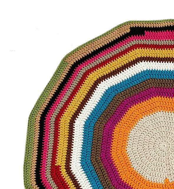 Olá gente linda, boa tarde!      Vejam que tapete lindão achei em um site japonês!      E pode ser feito com barroco, barbante ou ...