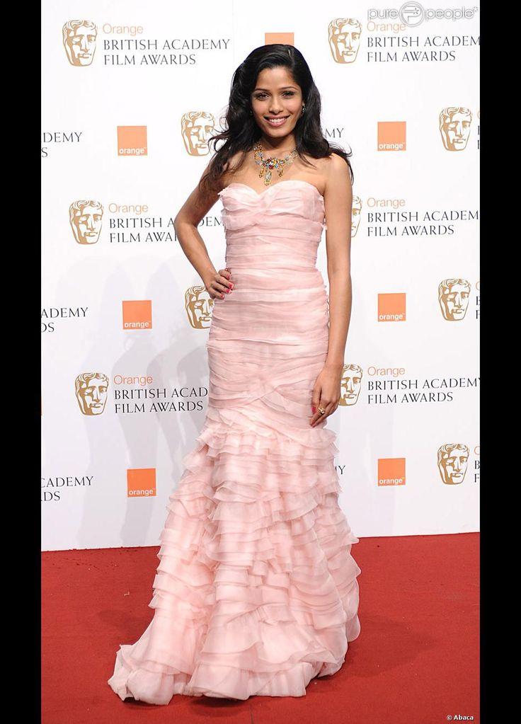 Aux BAFTA, Freida Pinto est exquise dans cette robe rose signée Oscar de la Renta