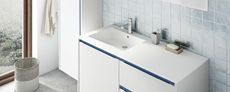 Hvidt bad med blå profiler - Ny låge til badeværelset - Kvik.dk