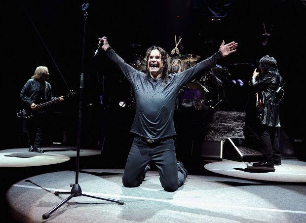 Geezer Butler, Ozzy Osbourne (de joelhos), Tommy Clufetos e Tony Iommi, do Black Sabbath, em Nova York