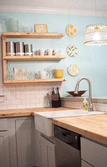 ウッドのナチュラル感や食器類、飾られたお皿たちもすべてが同じテーマでくくられていて完璧。ハーブティでもいただきましょうか・・?