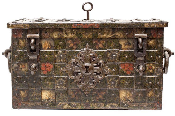 Smeedijzeren geldkist, 17e eeuw, met ijzeren banden waartussen geschilderde bloemen. Met bewerkte slotplaat aan binnenzijde. Met originele sleutel