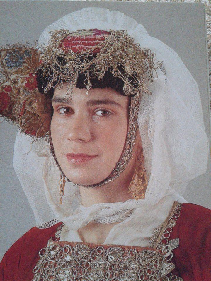 Γιορτινός κεφαλόδεσμος Σκοπέλου- Β.Σποράδες  Λύκειο των Ελληνίδων Αθήνα.Ημερολόγιο 1990. Δημοσίευση από Hellenic Costume Society.