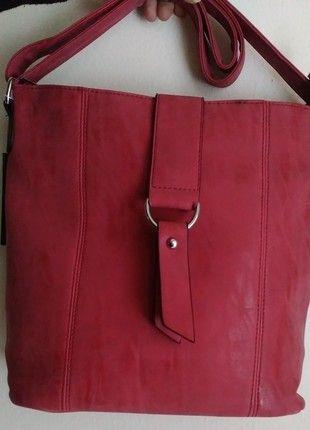 Kupuj mé předměty na #vinted http://www.vinted.cz/damske-tasky-a-batohy/tasky-pres-rameno/11362002-krasna-cervena-crossbody-kabelka-se-stribrnymi-detaily