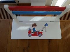 Voor een kamertje met het thema Pluk van de Petteflet heb ik een bijpassend bankje beschilderd. En nu maar hopen dat de tweeling Huub en Sophie er geen ruzie om maakt maar er lief samen op gaan zitten!